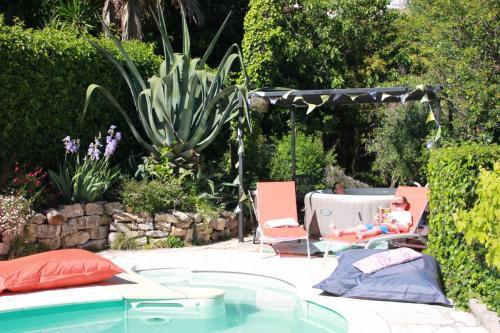 jacuzzi près de la piscine
